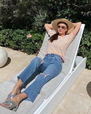 Это диско: Миранда Керр носит джинсы и топ с самыми блестящими босоножками (фото 0.2)