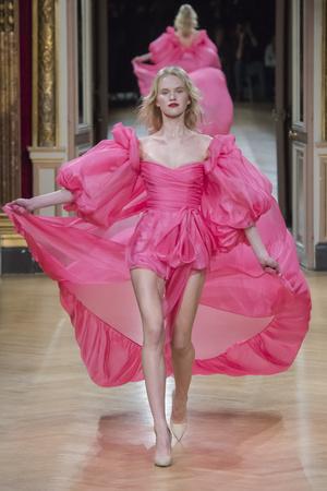Показ Yanina Couture коллекции сезона Весна-лето 2018 года Haute couture - www.elle.ru - Подиум - фото 674351