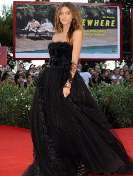 Элиза Седнауи в платье Alberta Ferretti на Венецианском кинофестивале