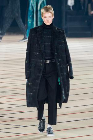 Показ Dior Homme коллекции сезона Осень-зима 2017-2018 года Men prêt-à-porter - www.elle.ru - Подиум - фото 615864