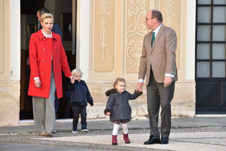 Княгиня Шарлен показала трогательное фото детей фото [2]