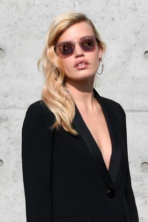 По фигуре: Джорджия Мэй Джаггер в черном костюме на показе Emporio Armani (фото 1.2)