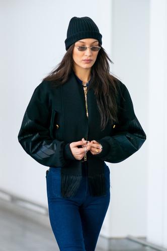 Винтажные джинсы, бомбер и ботинки Dr. Martens: Белла Хадид в Нью-Йорке (фото 1)