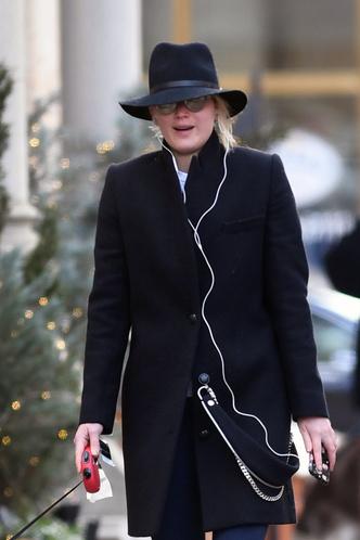 Шпионские игры: Дженнифер Лоуренс в шляпе и без макияжа на прогулке с собакой (фото 3)