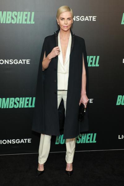 Черный пиджак + серебристые брюки: Шарлиз Терон знает, как разбавить деловой образ (галерея 1, фото 1)