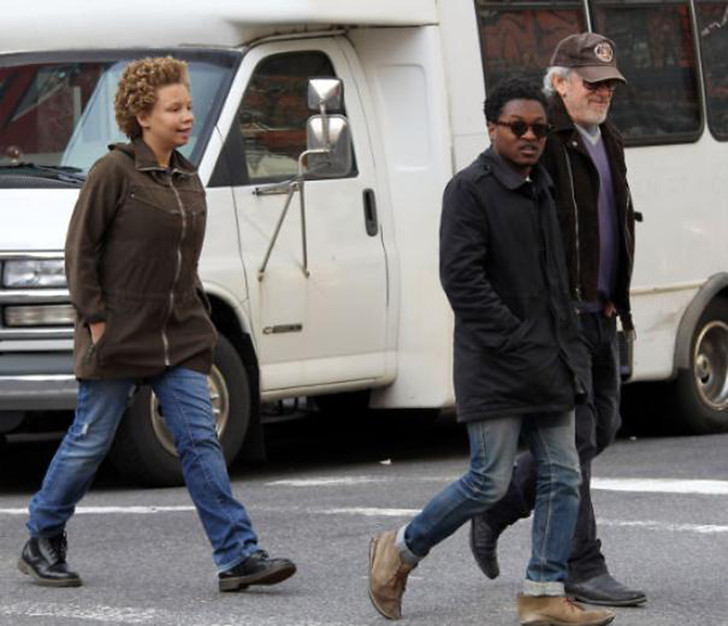 Стивен Спилберг с сыном Тео и дочерью Микаэлой