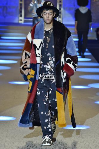 Фото дня: Рианна в шубе Dolce & Gabbana (фото 3.1)