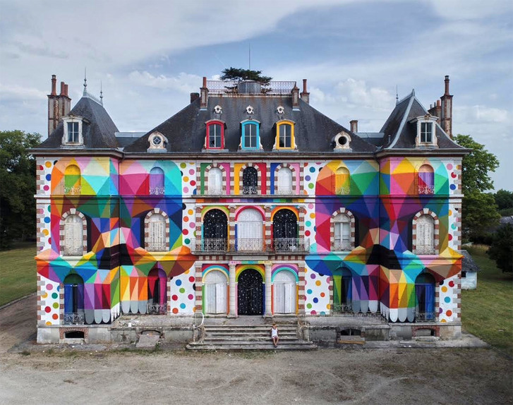 Испанский художник раскрасил французский особняк XIX века