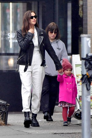 Парижанки Ирина Шейк с дочерью Леей (фото 0.1)