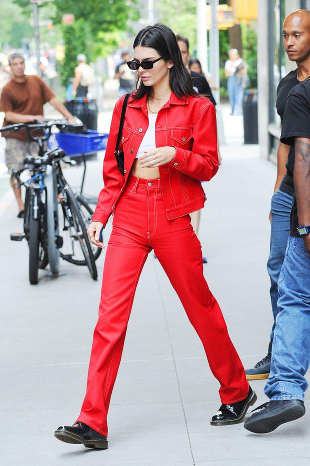 Носите красную джинсу как Кендалл Дженнер — с ног до головы (фото 1)
