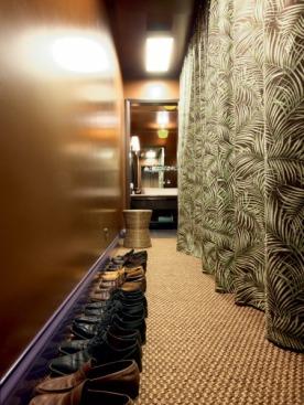 В торце гардеробной расположена раковина, вешалки скрываются за портьерой из ткани Kravet.