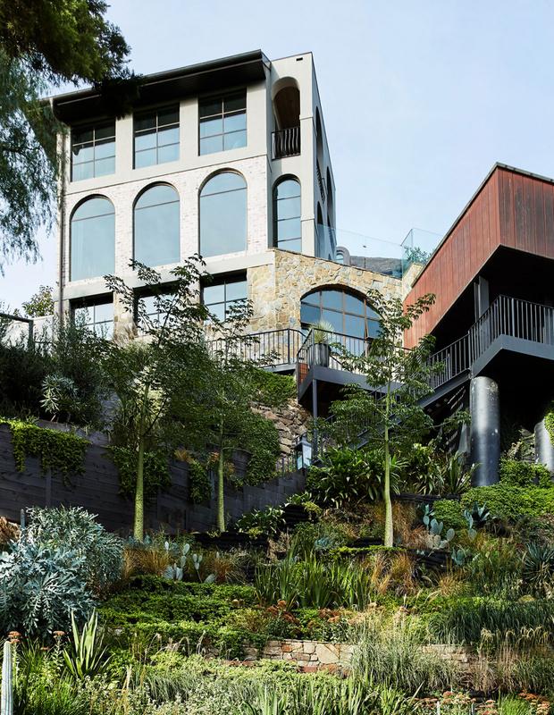 Эклектичный сад на берегу реки в Австралии (фото 2)
