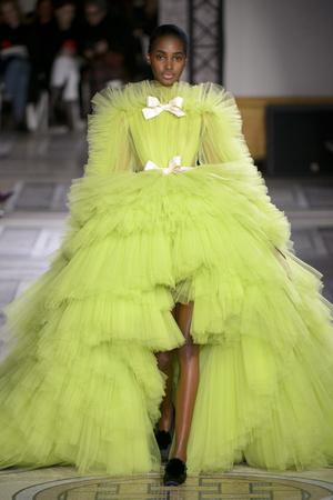 Показ Giambattista Valli коллекции сезона Весна-лето 2018 года Haute couture - www.elle.ru - Подиум - фото 671881