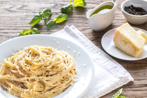 Поздние завтраки: знаменитая римская паста с перцем и пекорино от Джейми Оливера (фото 1)