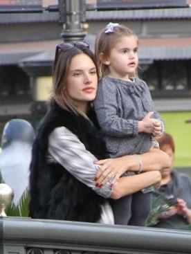 Алессандра Амбросио с дочкой Аней Луизой