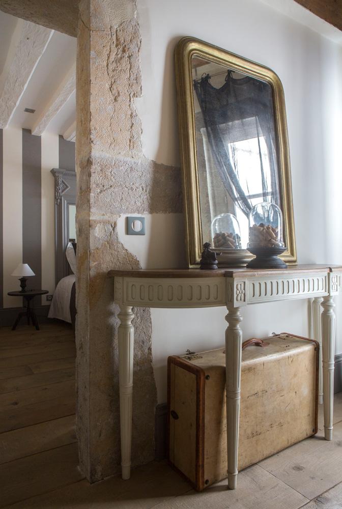 Антикварная консоль, зеркало и чемоданы куплены на лионском блошином рынке.