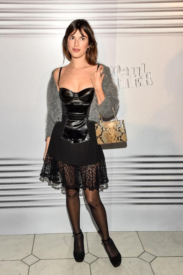 Уютный серый и соблазнительный черный: Жанна Дамас на показе Jean-Paul Gaultier (фото 2)