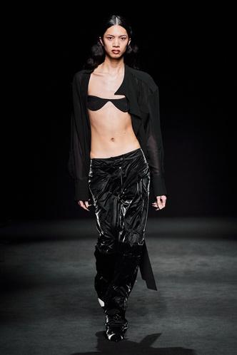Прозрачные ткани, глубокое декольте и кожа: Mugler FW 2020 (фото 4.2)