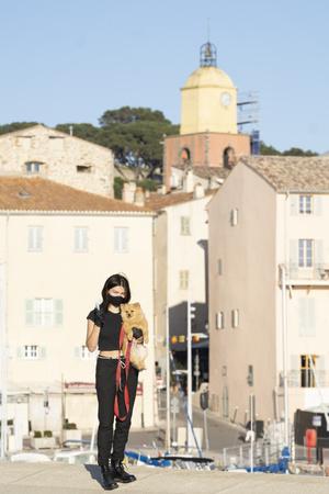 Застрявшая на Лазурном берегу: Тилан Блондо на фоне открыточных видов Сен-Тропе (фото 1.1)