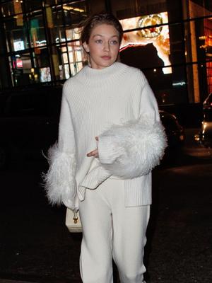 Белый ангел: Джиджи Хадид в свитере и брюках Sally LaPointe (фото 2)