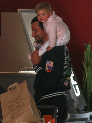 Редкий выход: Брэдли Купер и Ирина Шейк с дочкой на шопинге (фото 2)