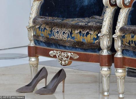 Что надеть в мечеть? Выбор Брижит Макрон — белоснежный костюм Louis Vuitton | галерея [1] фото [2]