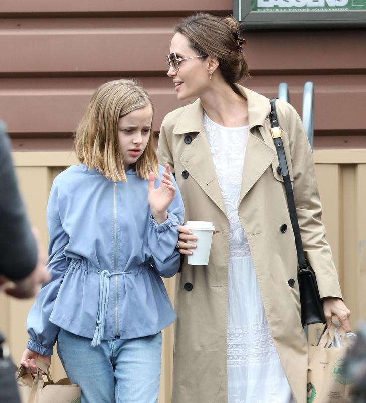 Платье из кружевного белого льна и балетки: сияющая Анджелина Джоли на прогулке с дочерью (фото 2)