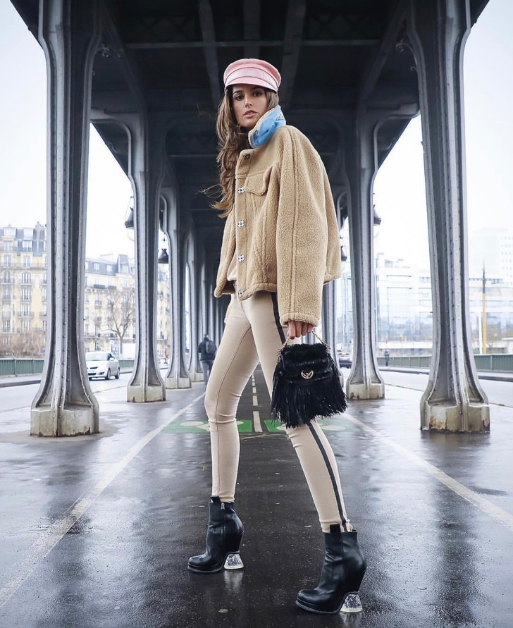 Парижанка 3.0: Изабель Гулар в розовой кепке Багинского и бежевых джинсах-скинни (фото 2)
