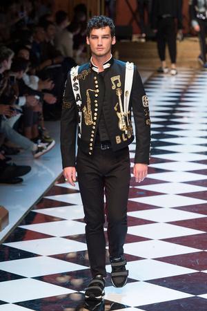 Показ Dolce & Gabbana коллекции сезона Весна-лето  2017 года Men prêt-à-porter - www.elle.ru - Подиум - фото 606692