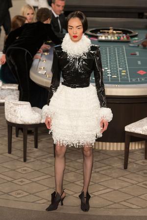 Показы мод Chanel Осень-зима 2015-2016 | Подиум на ELLE - Подиум - фото 4324