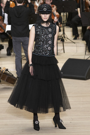 Показ Chanel коллекции сезона Pre-fall  2018 года Metiers d'Art - www.elle.ru - Подиум - фото 668781