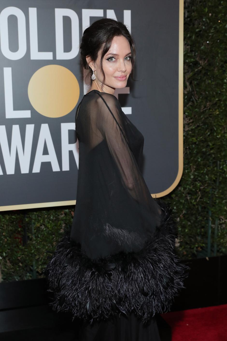 Дива дивная: Анджелина Джоли на «Золотом глобусе — 2018» (фото 3)
