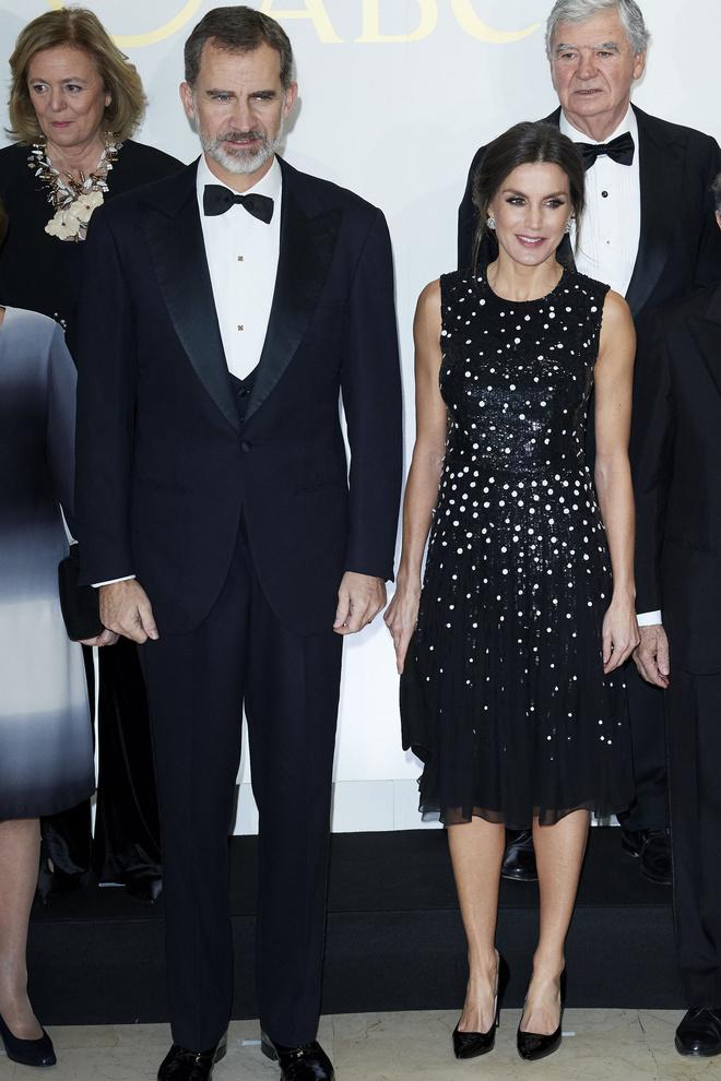 Ближе к звездам: королева Летиция в платье Carolina Herrera (фото 1.1)