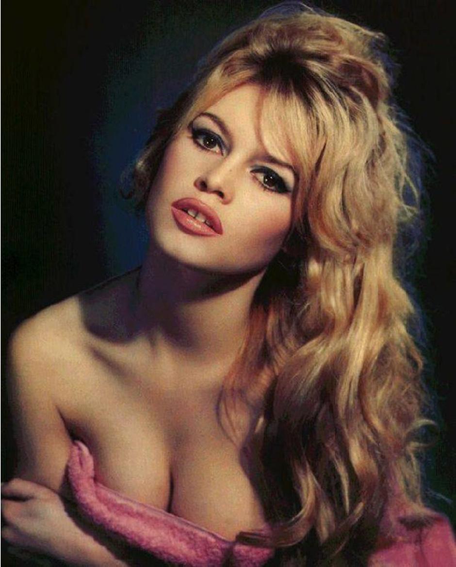 Высокая блондинка с красивой грудью фото 394-571