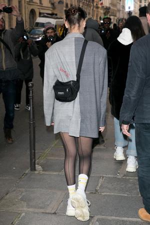 Белла Хадид в жакете Heron Preston и в кроссовках Balenciaga (фото 2)