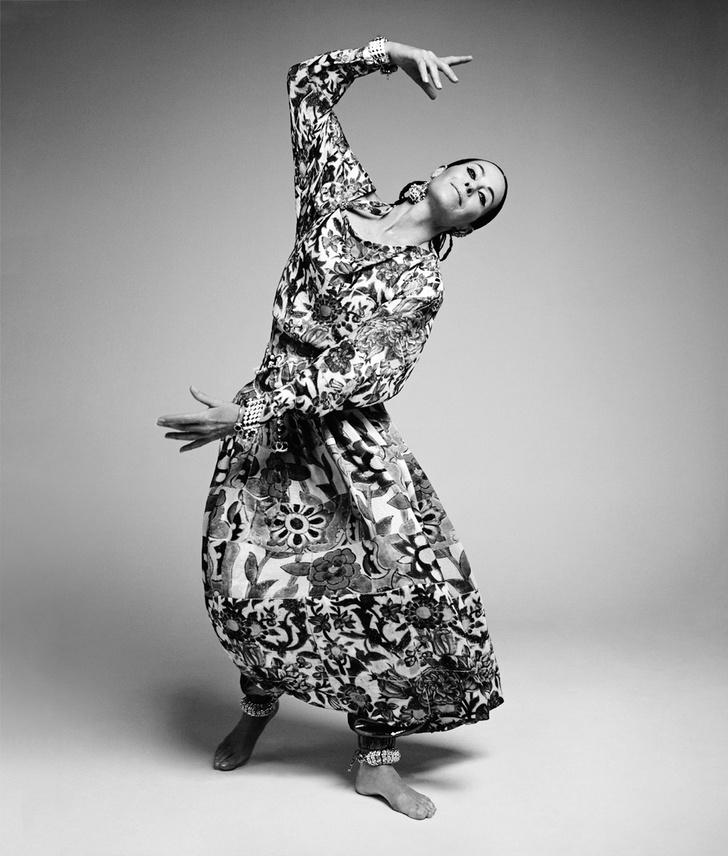 Платье и брюки из крепа, клипсы и браслеты, все — Chanel Cruise 2015