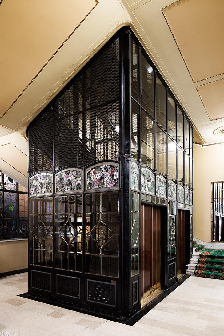 Фасады лифтов украшены витражами.