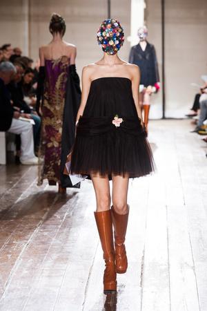 Показ Maison Martin Margiela коллекции сезона Осень-зима 2013-2014 года haute couture - www.elle.ru - Подиум - фото 556294
