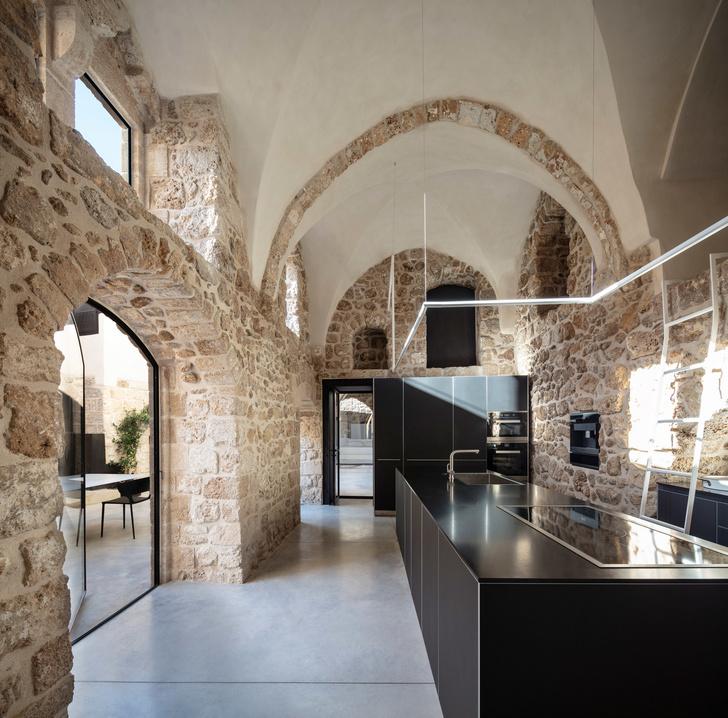 Минималистичная квартира в старом доме Яффы (фото 7)