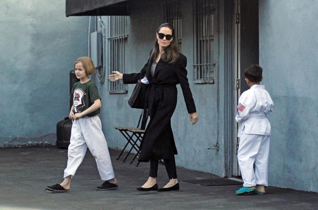 Фото дня: Анджелина Джоли отвела дочь на занятия (фото 1)