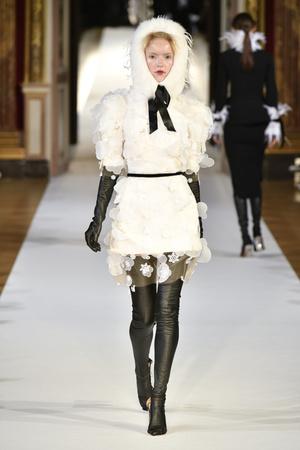 Показ Yanina Couture коллекции сезона Осень-зима 2017-2018 года haute couture - www.elle.ru - Подиум - фото 624008