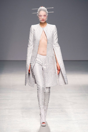 Показы мод Gareth Pugh Весна-лето 2013 | Подиум на ELLE - Подиум - фото 1048