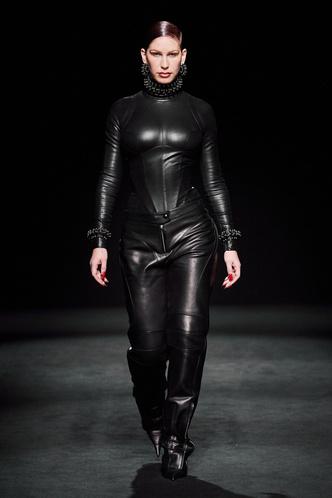 Прозрачные ткани, глубокое декольте и кожа: Mugler FW 2020 (фото 6.2)