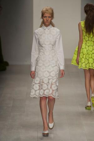 Показы мод Simone Rocha Весна-лето 2013 | Подиум на ELLE - Подиум - фото 1147