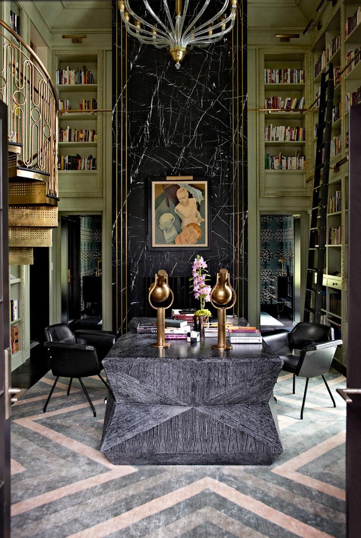 Библиотека. Стена украшена мраморной панелью в обрамлении из латуни. Винтажный столик из камня куплен в галерее John Salibello Antiques. Винтовая лестница с ажурными перилами из латуни спроектирована Келли Уэстлер.
