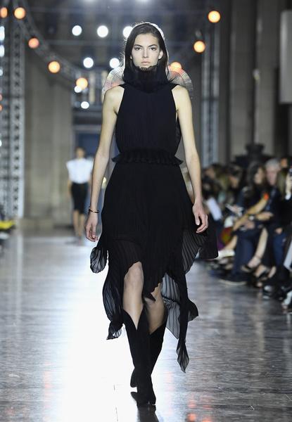 Клэр Уэйт Келлер показала первую коллекцию для Givenchy | галерея [1] фото [15]