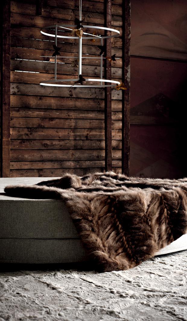 Необходимый элемент интерьера в духе шале — роскошные меховые ковры, пледы и подушки от Ivano Redaelli. Большой выбор на сайте www.ivanoredaelli.it