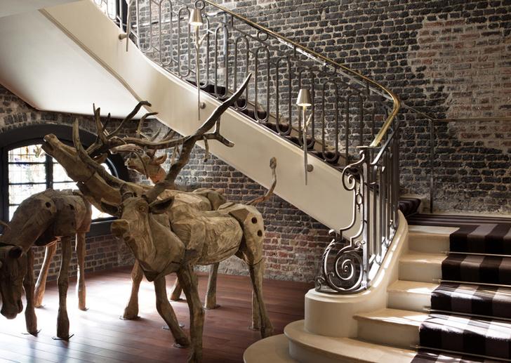 Инсталляция российского художника Николая Полисского в отеле Le Royal Monceau-Raffles.