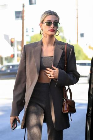 Трикотажный костюм + пиджак в тон: Хейли Бибер спешит на обед с друзьями (фото 1.1)