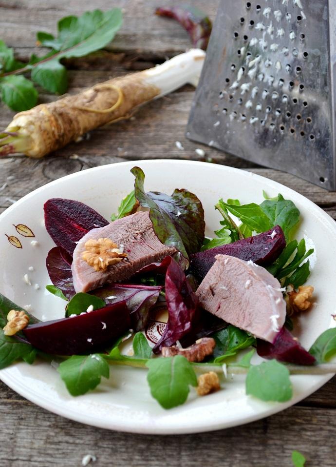 Салат из рукколы со свеклой и козьим сыром